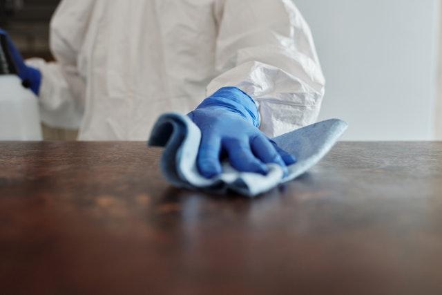 Mycie blatu stołu