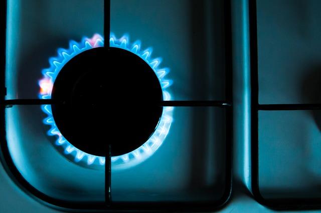 płomień gazu pod palnikiem